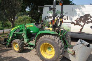Tracteur avec pince de chargement